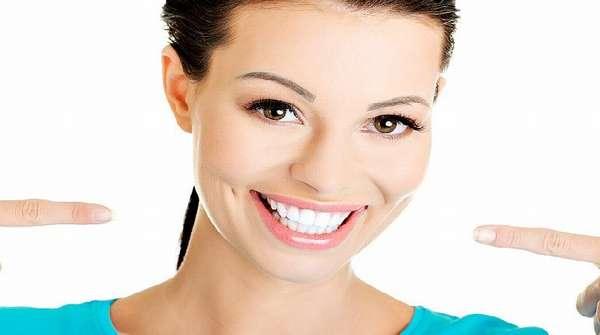 У девушки отличные зубы и красивая улыбка