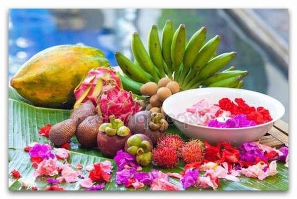 Тропические фрукты и лепестки цветов