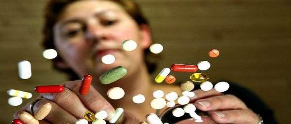 Женщина с множеством препаратов
