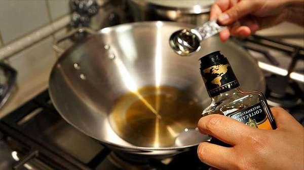 Наливает масло в сковороду