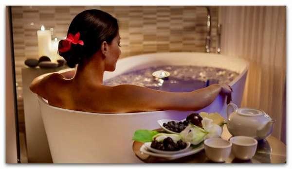 Женщина принимает очищающую ванну