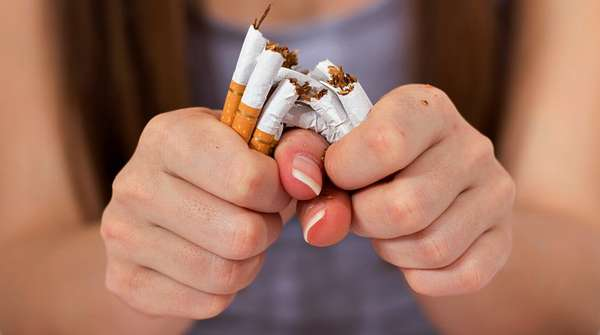 Девушка отказывается от курения сигарет