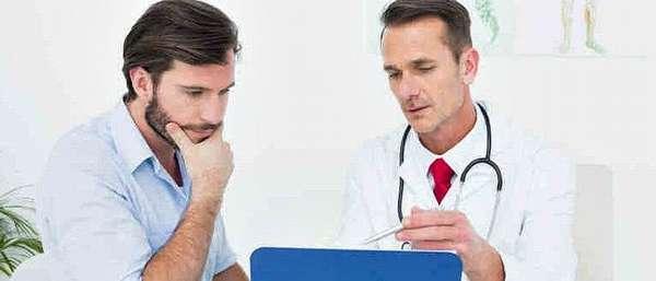 Врач объясняет пациенту