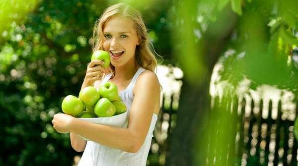 Девушка со свежими яблоками