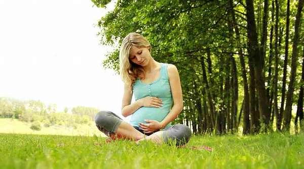 Беременная девушка на природе