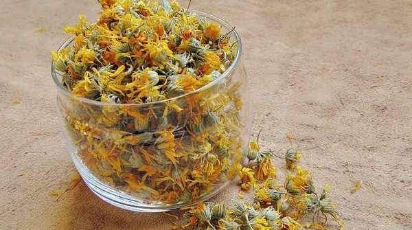 Приготовление отвара из цветков календулы и зверобоя