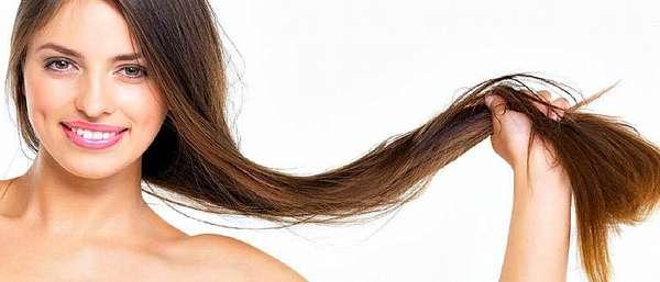 У девушка бархатистая кожа и густые волосы