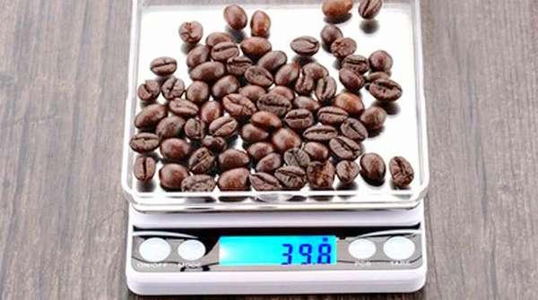 Зерна кофе на весах