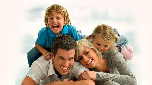 Счастливая пара с детьми