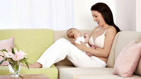 Счастливая девушка с грудным ребенком