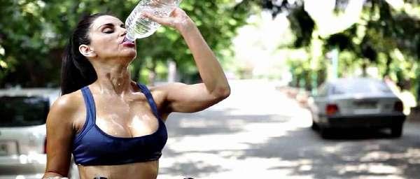 У девушки жажда