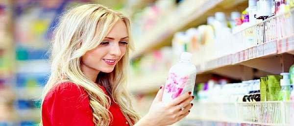 Женщина выбирает крем в магазине