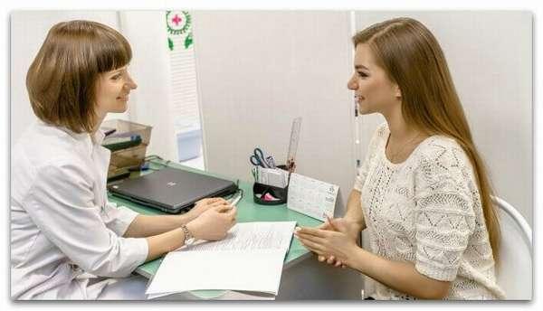 Девушка консультируется с врачом