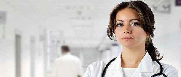 Красивая женщина врач