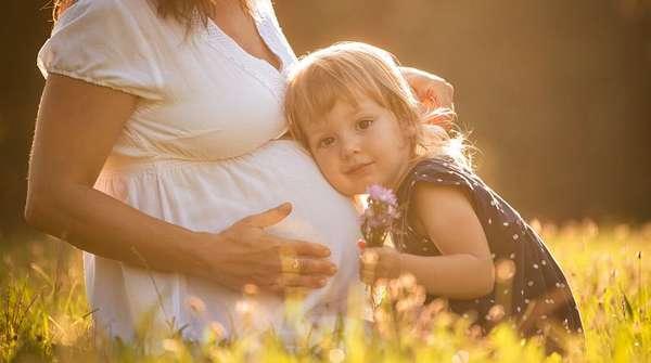 Дочь с беременной мамой