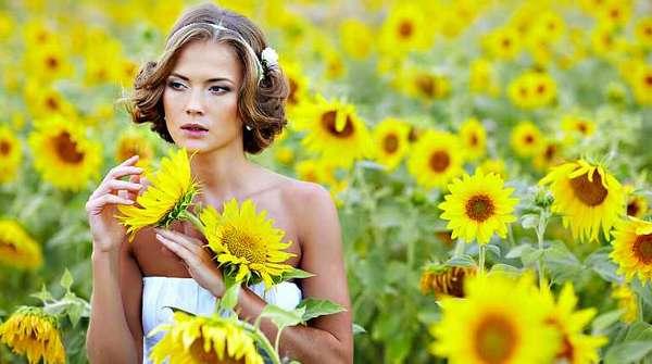 Девушка с цветами подсолнуха