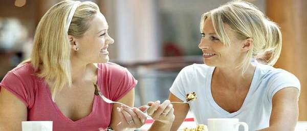 Женщины на работе беседуют и едят
