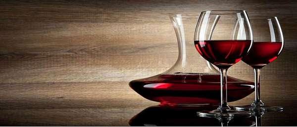 Вино в графине и двух бокалах