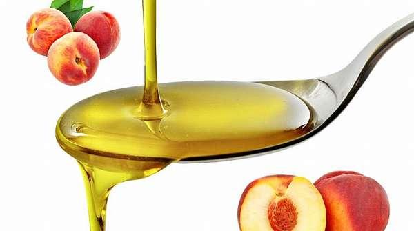 Персиковое масло на ложке