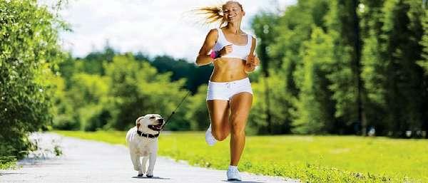 Бежит с собакой