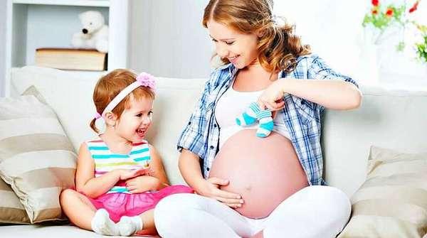 Счастливая беременная с дочерью