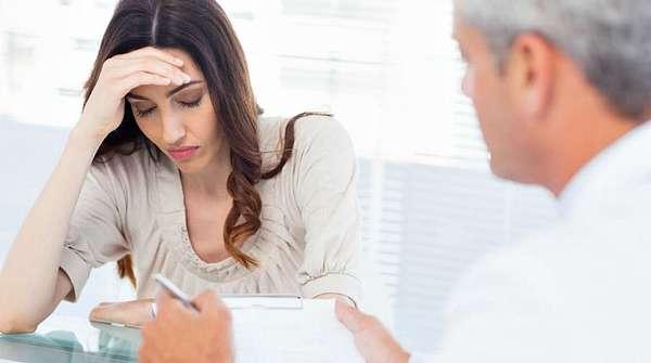 Расстроенная женщина у врача