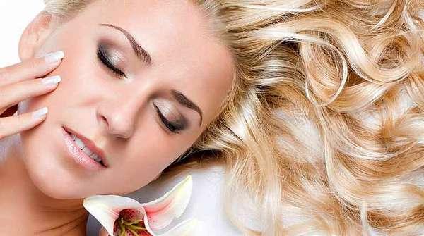 У девушки прекрасные ногти, волосы, кожа, зубы