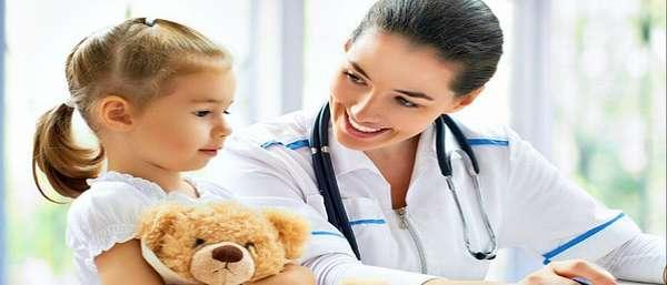 Доктор разговаривает с ребенком