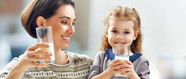 Женщина с ребенком пьют молоко
