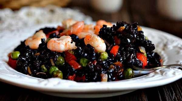 Вкусное блюдо с черным рисом