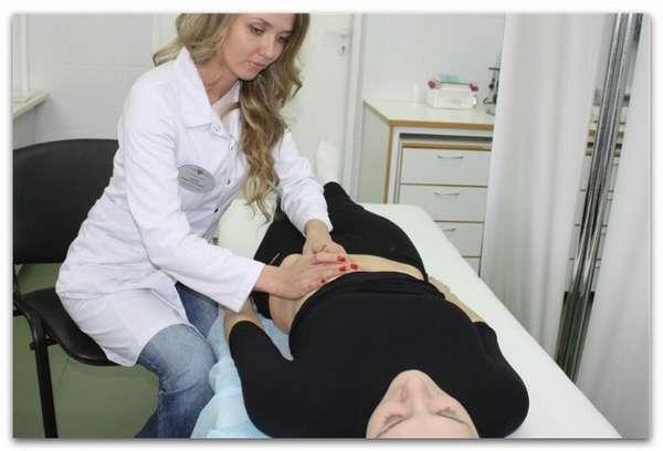 Женщину обследует врач гастроэнтеролог