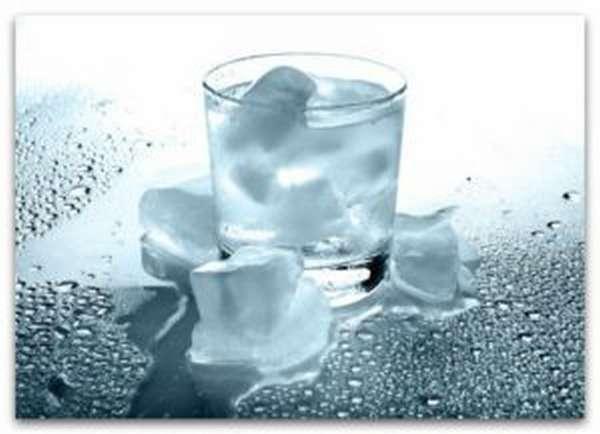 Стакан воды с ледяной водой