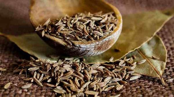 Семена тмина и лавровый лист