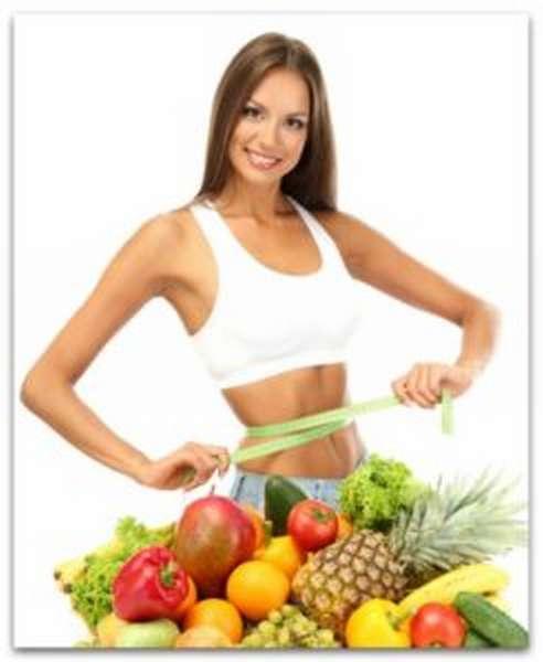 Стройная женщина с фруктами