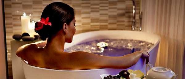 Женщина расслабляется в ванной