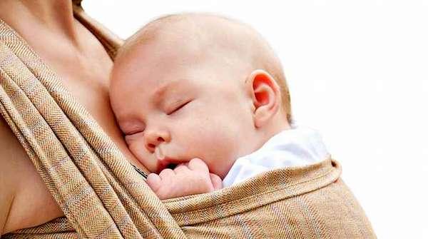 Грудничок сладко спит