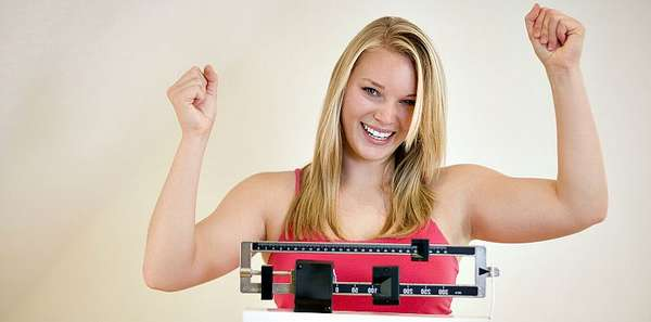 Девушка радуется похудению